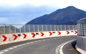 「反射板 道路」の画像検索結果